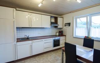 küche_ferienwohnung_straßenhaus
